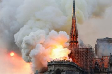 Παναγία των Παρισίων: Στις φλόγες το μνημείο ορόσημο!